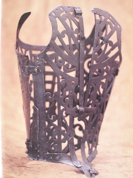 Железо с ленточными мотивами; передняя и две задние части; разрез в середине спинки.