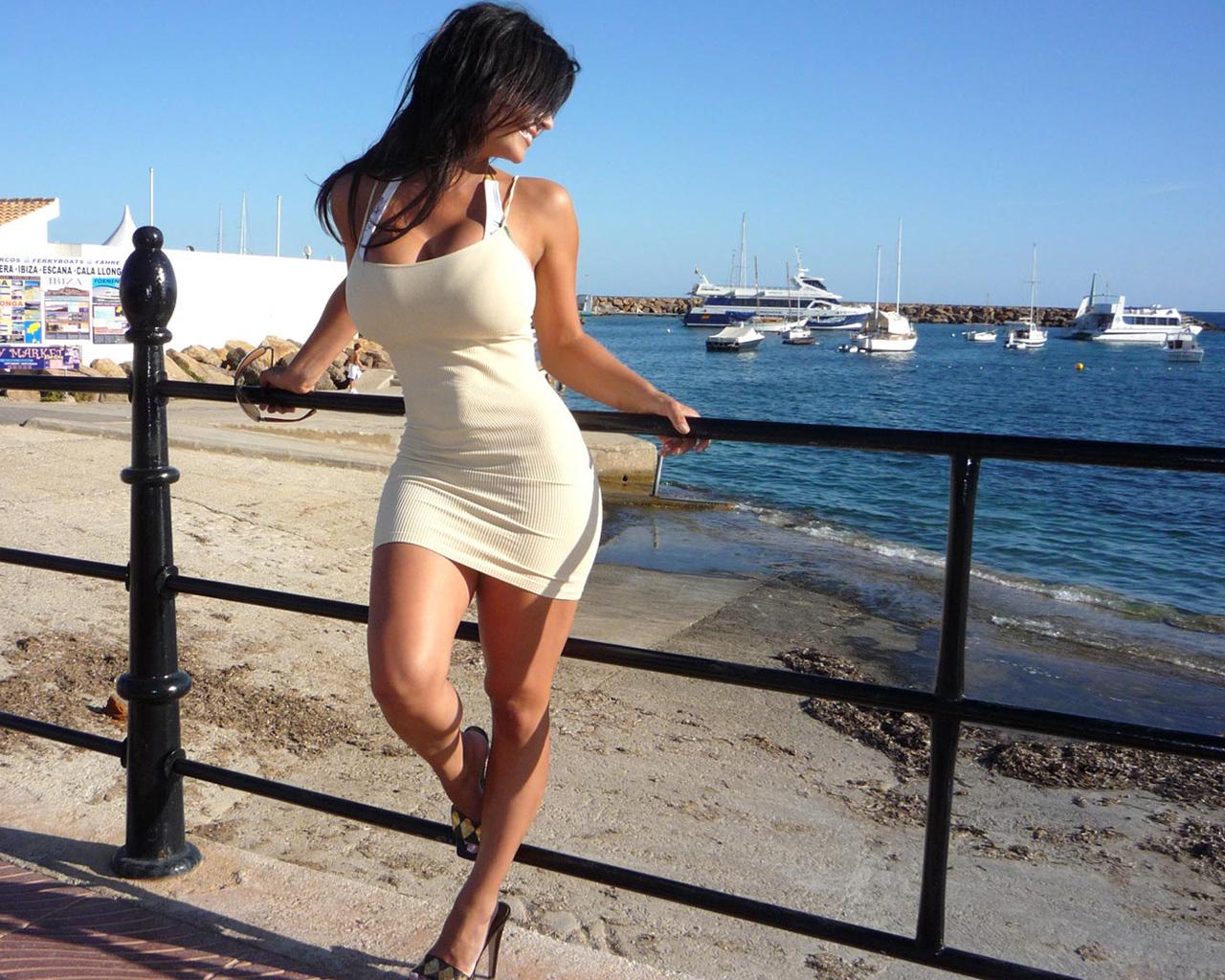 фото девушки на море загнулась