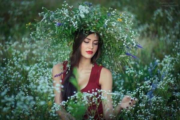 Девушка в короне цветы лотоса - стоковое изображение #81396702