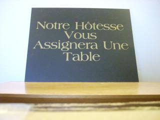 Notre Hôtesse Vous Assignera Une Table