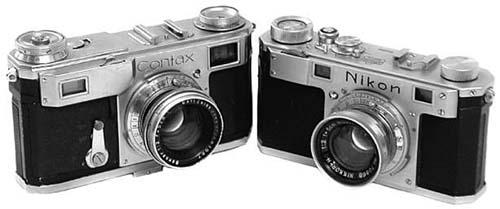 Справа - Nikon I (1948) и слева -  Contax II (1936), обе камеры снабжены утапливаемыми объективами 50 мм f/2.