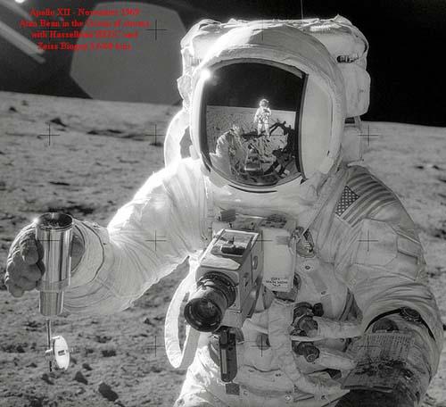 рис. 7. Алан Бин шагает с Хасселем по луне