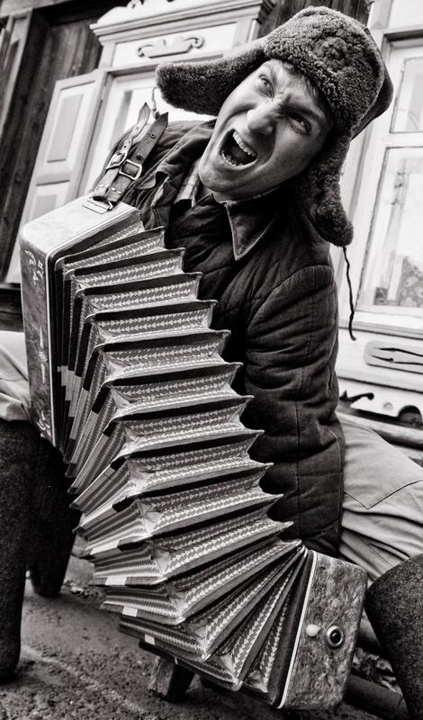 побитый мужик с гармошкой на вокзале фото количество занятий