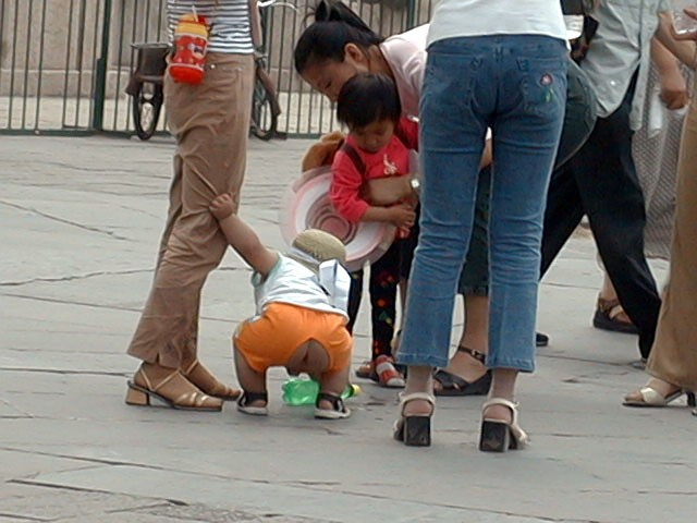 девушки писают в штаны на улице - 14