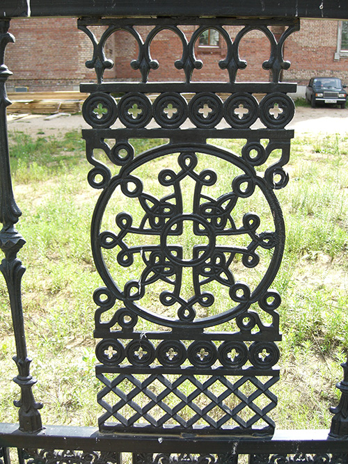 кованные узоры ограды церкви