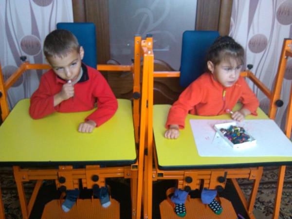 Харитоновы Данил и Дарина фото с вертикализатором (1)