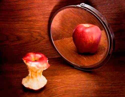зеркало с яблоком