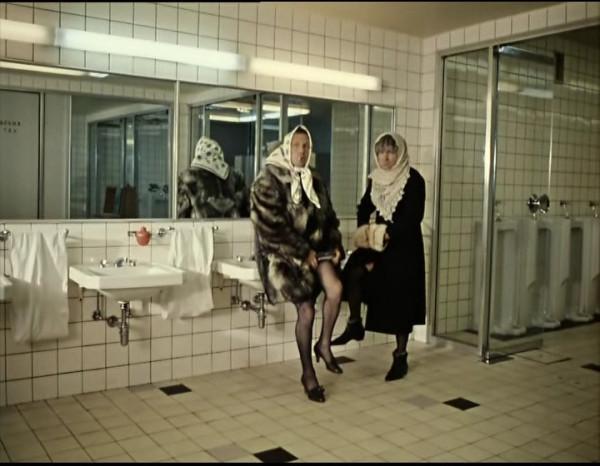 Женщины пукают в туалетах
