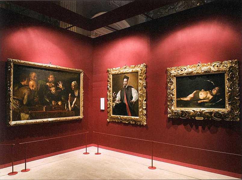 3-В зале музея.jpg