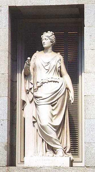 4-Статуя на фасаде музея Прадо.jpg