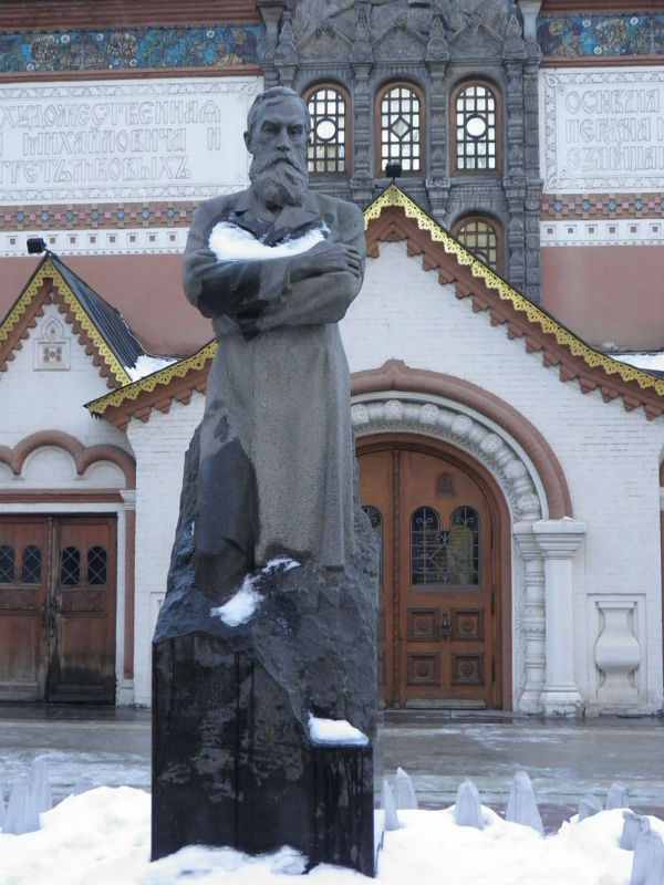 Памятник Павлу Третьякову во дворе музея.jpg