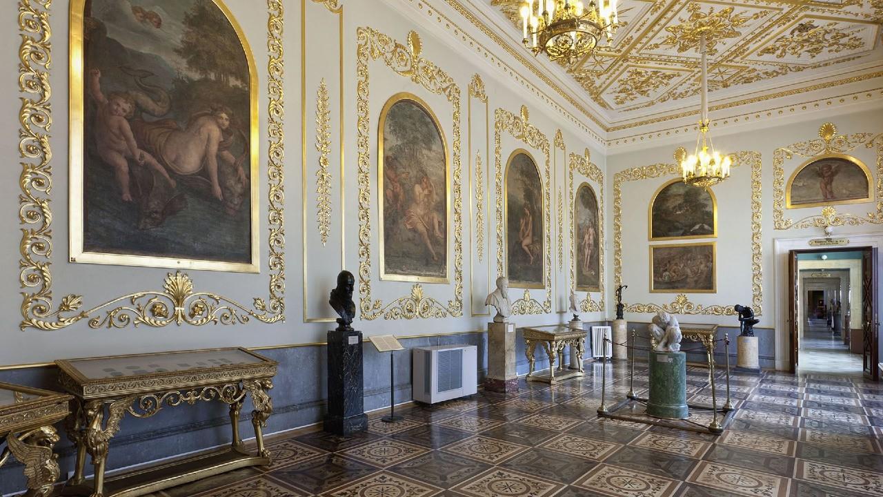 Зал Эрмитажа с фресками школы Рафаэля.jpg