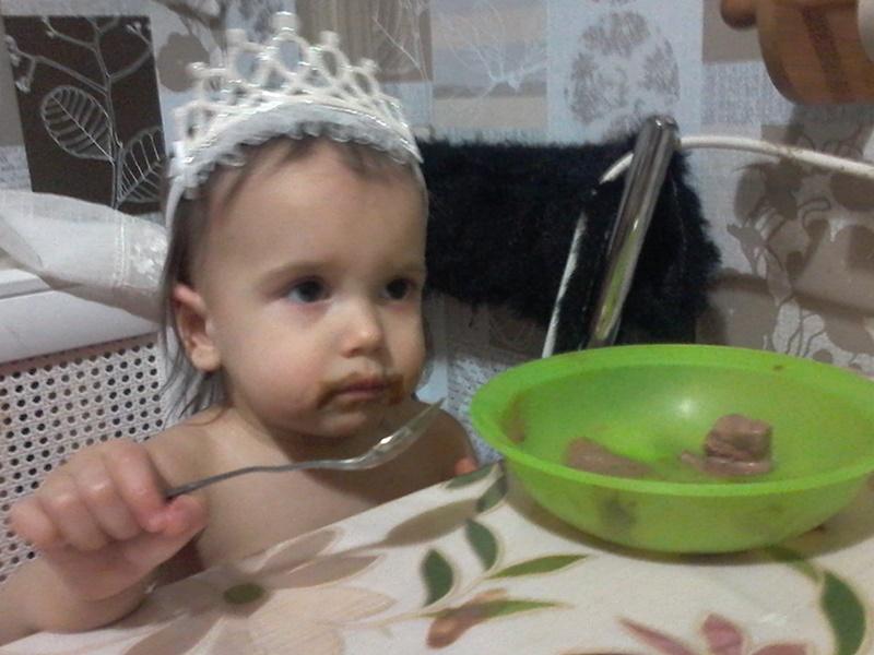 принцесса Аликс поедает мороженное