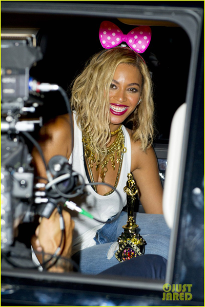 beyonce-has-dance-off-at-coney-island-wears-pink-bow-10