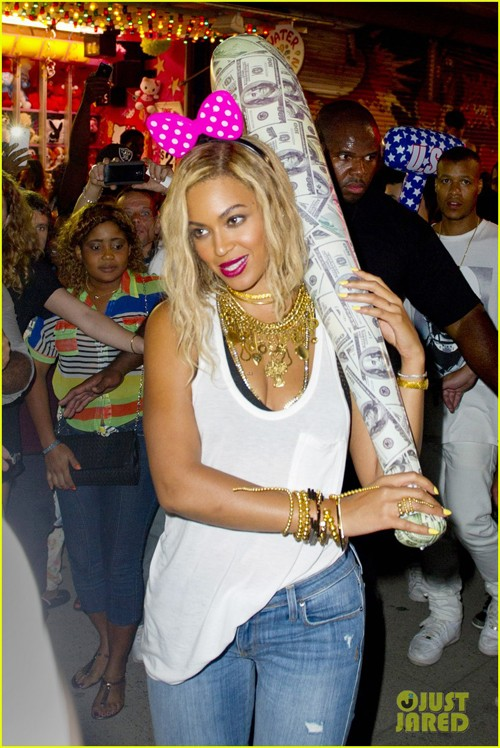 beyonce-has-dance-off-at-coney-island-wears-pink-bow-04