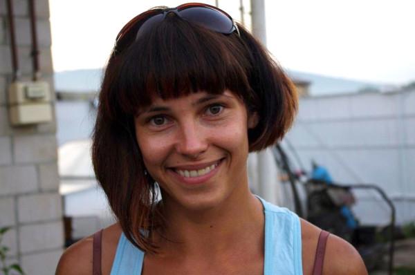 Это красивую девушку зовут Юля. Она прекрасная спортстменка и владелица бе