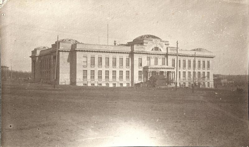 Главный корпус Института со стороны современного стадиона