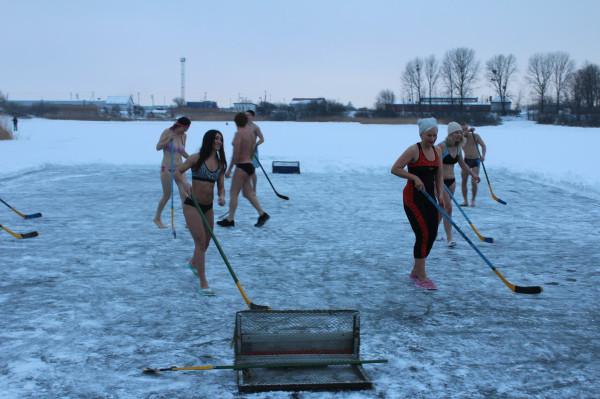 РОССИЯ!!!    Хоккей в купальниках или моржи на льду