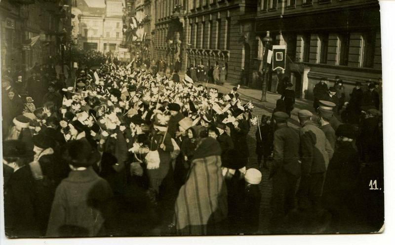Дети с польскими флажками на демонстрации в честь приезда И. Я. Падеревского. Познань, 27 декабря 1918