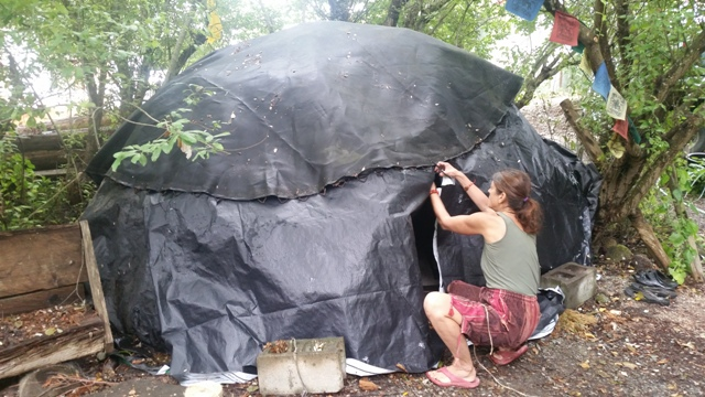 20160709_Hortensia repairs the sweat lodge.jpg