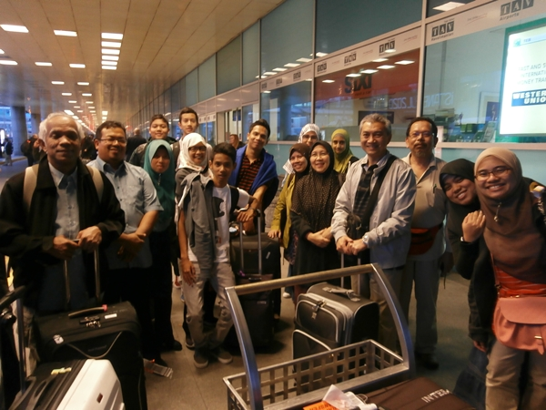 m_group photos at the airport