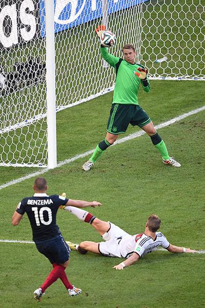 12Germanys-goalkeeper-Manue-003