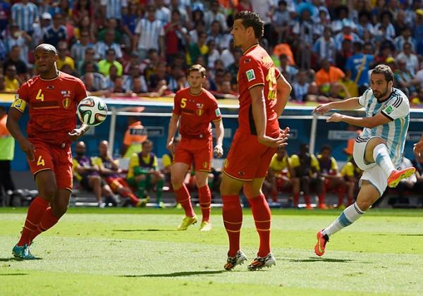 2 Argentinas-Higuain-kicks--001