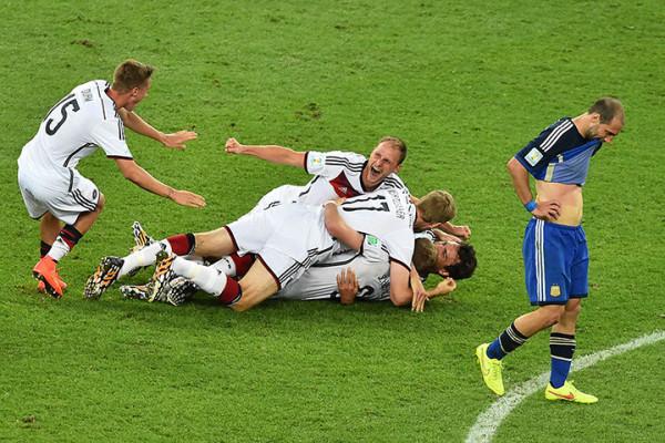 11 Germanys-players-celebrat-010