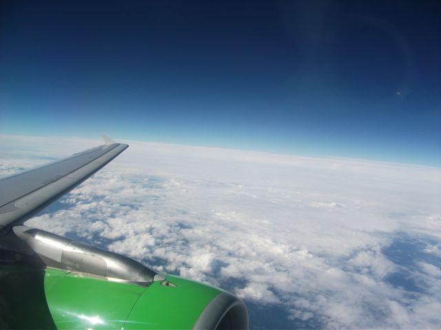 Самолёт над облаками