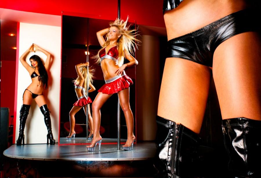 striptiz-devushki-v-odezhde