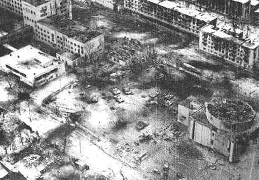 В правом верхнем углу здание пединститута. Напротив пятиэтажка, из которой  бойцы разведроты совершили бросок через проспект