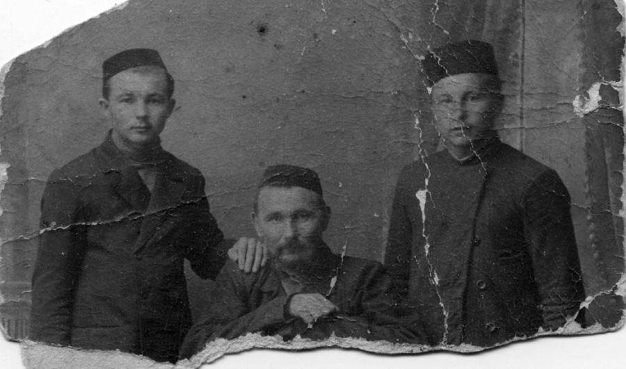 Прадедушка в центре - слева - юный дедушка