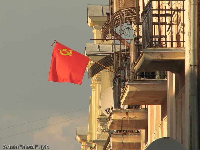 Флаг СССР на балконе в честь 9 мая, Черновцы