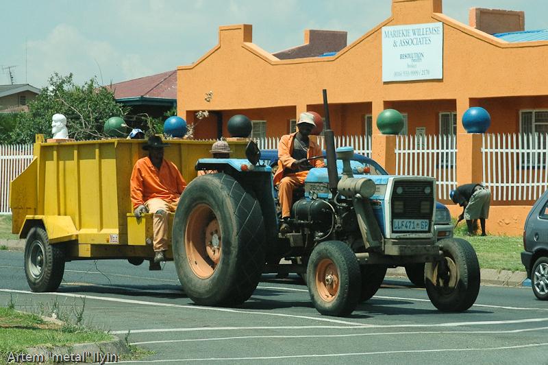 Местные жители часто ездят в кузове пикапа или на тракторе, Южная Африка