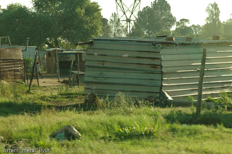 Жестяные дома в которых живут бедные чернокожие жители Йоханнесбурга, Южная Африка
