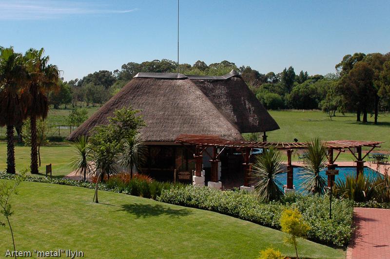 крыши в Южной Африке кроют не металлочерепицей, а специальным материалом из тростника