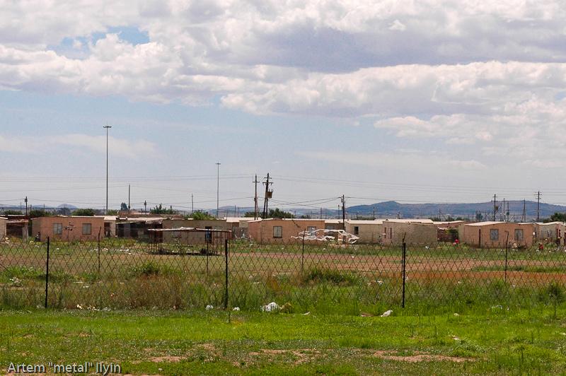 Глиняные дома в которых живут бедные чернокожие жители Йоханнесбурга. Те, что побогаче. Южная Африка