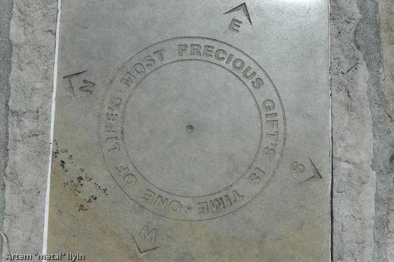 надпись на скамье Один из ценнейших подарков жизни - это время, Столовая гора, Кейптаун, Южная Африка