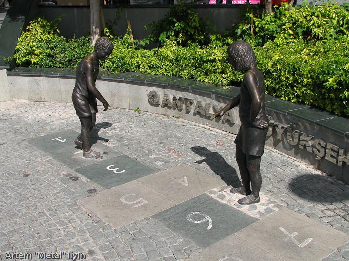 Памятник, дети играют в классики, Анталия, Турция