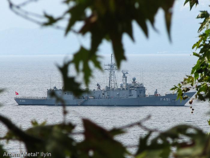 Военный корабль около берегов Анталии, Турция