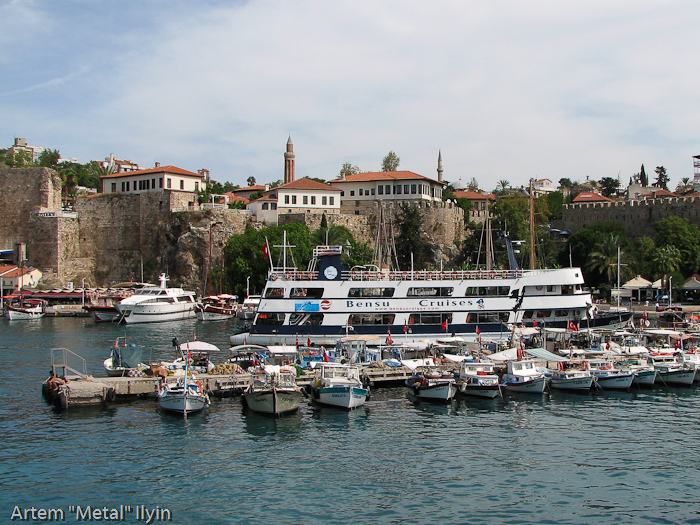 Причалы в исторической гавани заполнены катерами и прогулочными судами. Анталия, Турция