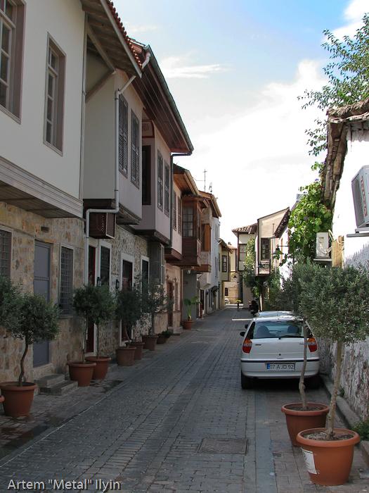 Рестораны и отели на узких улочках старого города Калеичи, Анталия, Турция