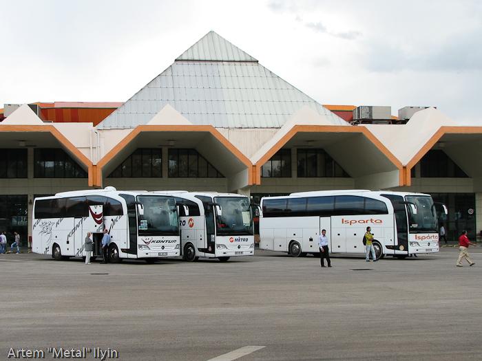 Посадочная платформа и автобусы на автовокзале, Анталия, Турция