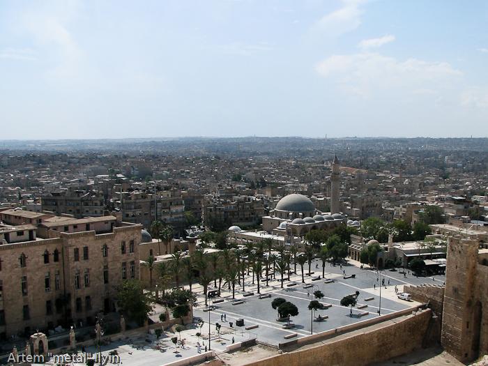 Алеппо - огромный город, в котором практически нет высотных зданий. Панорама со стен цитадели. Сирия