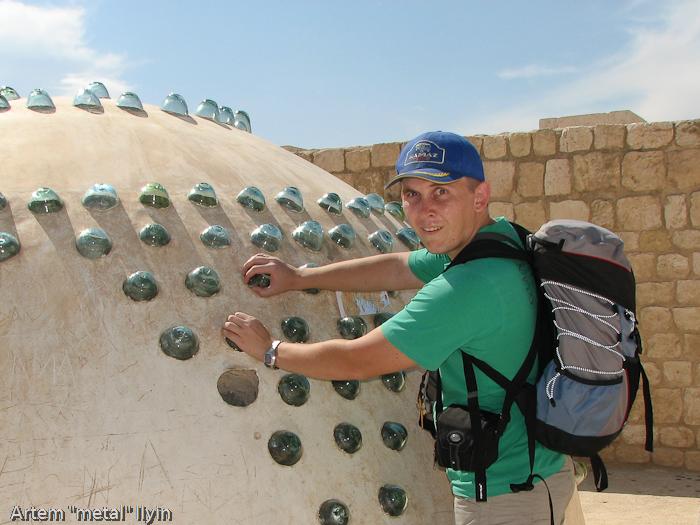 Купола хамама выполнены с использованием стеклянных вставок, похожих на банки. Через них попадает свет. Цитадель Алеппо, Сирия