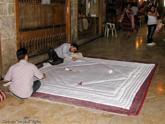 Старый базар / сук в Алеппо, Сирия. здесь не только торгуют, но и производят традиционные изделия