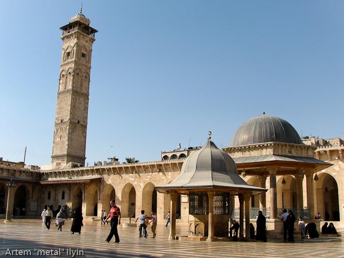 Двор Большой Мечети Алеппо. Квадратный минарет, разрушенный в 2013 году. Сирия