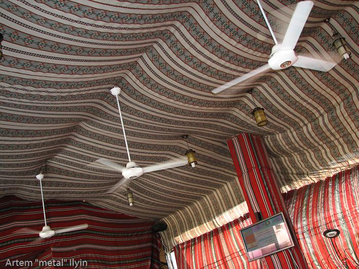 потолок ресторана выполнен в виде бедуинской палатки с древними вентиляторами, Алеппо, Сирия