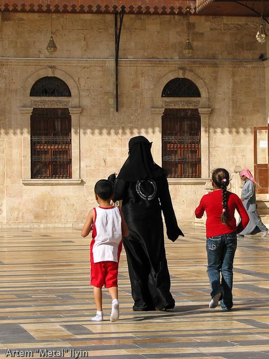 Сирийская женщина во дворе Великой Мечети Алеппо. Узоры на платье говорят, что это праздничный наряд и она, скорее всего, туристка. Сирия