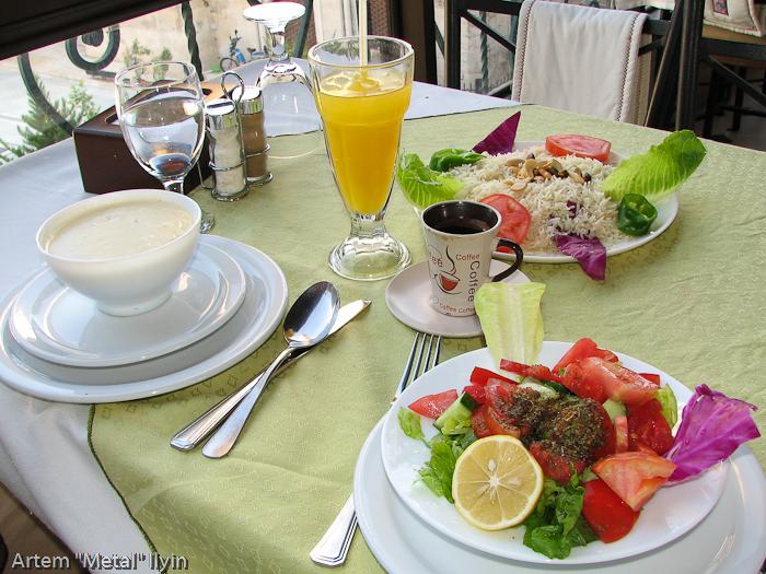 Блюда сирийской кухни в ресторане Алеппо. Рис, кебаб с фисташками